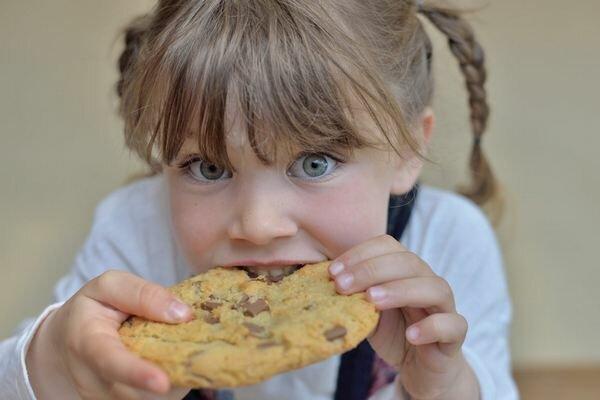 8 советов, которые помогут быстро отучить ребенка от сладостей