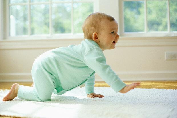 Когда ребенок начинает ползать?