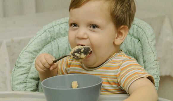 Когда ребёнок сам начинает есть ложкой. 5 полезных советов