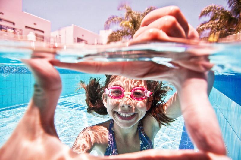 Дети под водой: 14 позитивных фото для вашего настроения