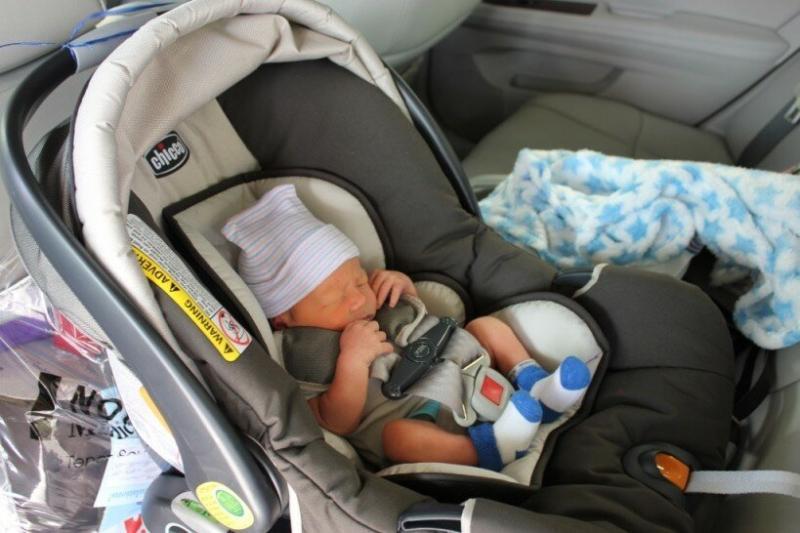 Как безопасно перевезти ребёнка из роддома домой