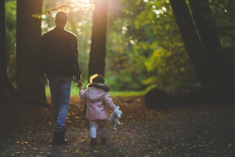 Неродной отец - это заметно. Так отчим ведет себя с падчерицей