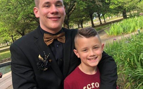 На память о детстве: подросток встречает брата из школы в забавных костюмах