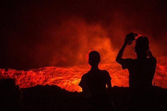 Нервы пощекотали: турист рискнул жизнью ради редких селфи с вулканической лавой