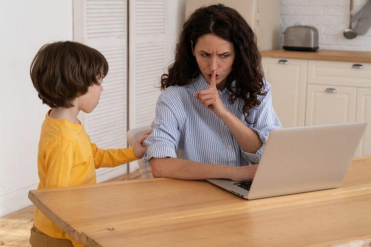 Ребёнок требует внимания: что делать