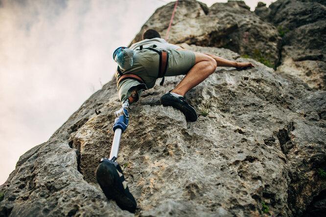 «Боль претерпела»: человек без ноги поднялся на самую высокую гору, чтобы помочь детям