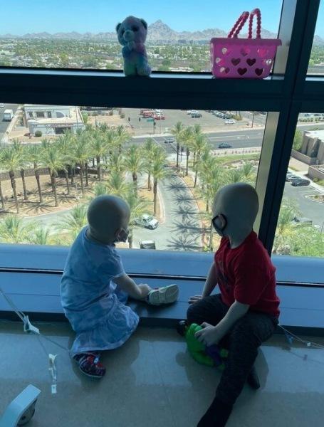 До слез: 3-летний мальчик принес цветы девочке, скоторой лечился отрака