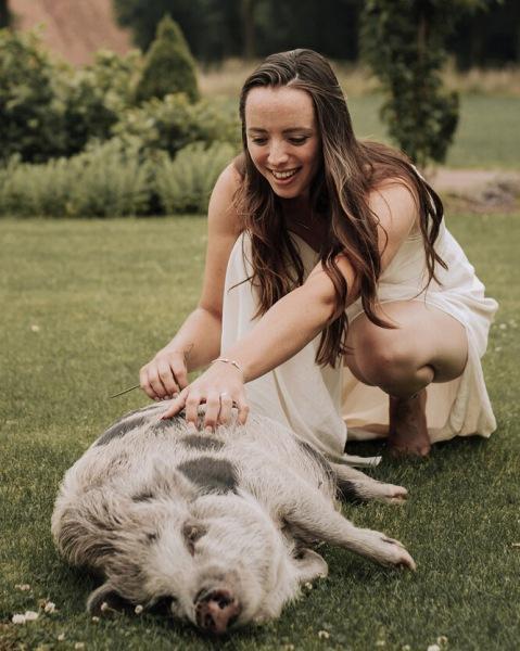 Долой стереотипы! Невеста позвала всвидетельницы домашнюю свинью