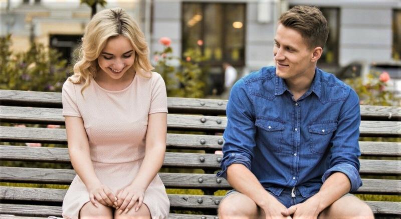 Как в первые 40 секунд ведёт себя девушка, если видит перед собой парня, который ей понравился?