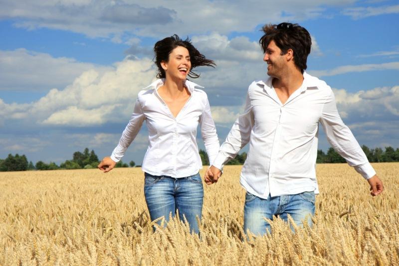 Почему по этикету, женщины всегда должны находиться справа от своего мужчины во время прогулки?